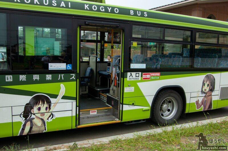 ヤマノススメ ラッピングバス 1号車(公式側のラッピング)
