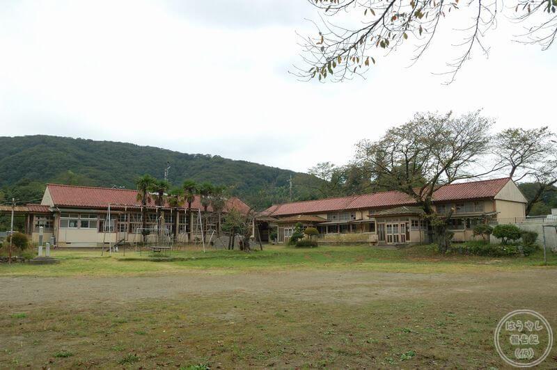 小川町立小川小学校下里分校の校庭から見た校舎