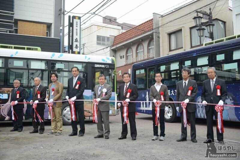 飯能銀座通り商店街で行われた「ヤマノススメ」フルラッピングバスの出発式