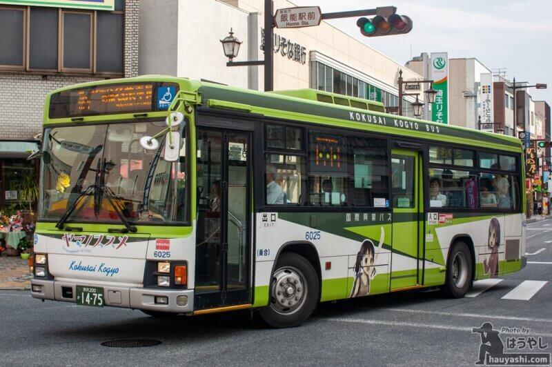 飯能駅前を走る ヤマノススメ ラッピングバス 1号車