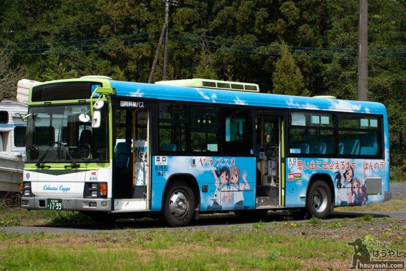 アニメイラストが使われているヤマノススメ ラッピングバス 3号車