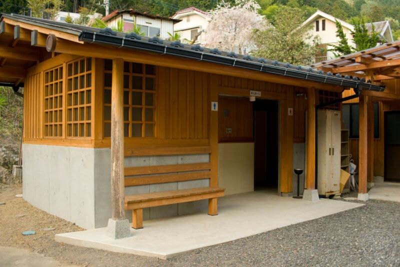 校庭の隅に新設された公衆トイレ