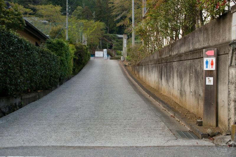 旧・飯能市立南川小学校の校門へ続く道