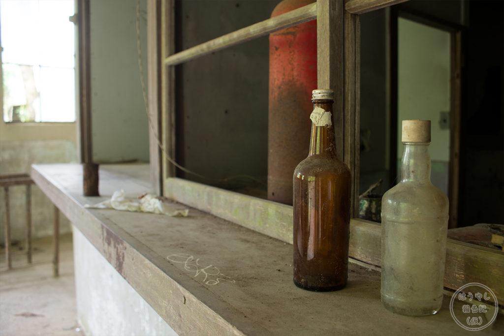 カウンターに並べられた廃ビン
