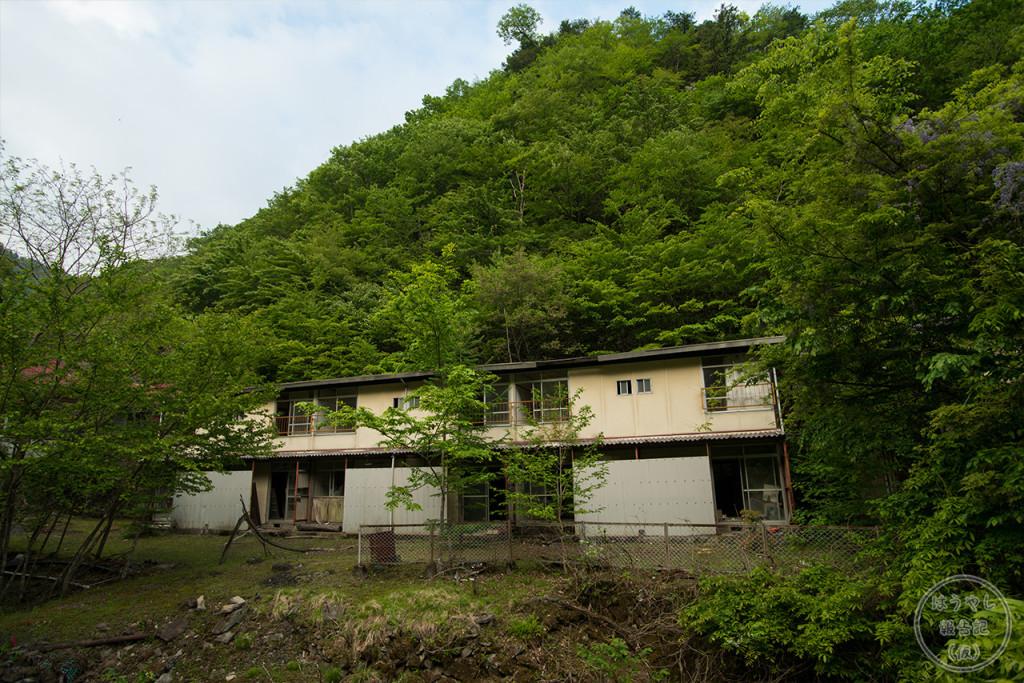 小倉沢集落にあったアパートの廃墟