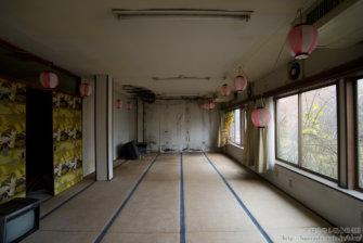 遊園地の廃墟で有名な「化女沼レジャーランド」内にある廃ホテル「化女沼パークホテル」