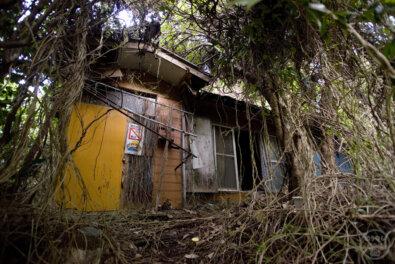 多くの残留品が残る不思議な住宅廃墟群、神奈川県横須賀市「田浦住宅街」