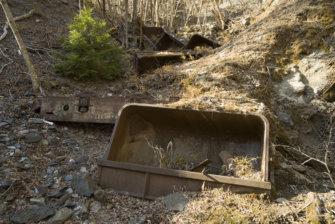 東京都奥多摩町日原、崖下に現る奥多摩工業の廃トロッコ