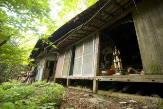 急斜面に建ち並ぶ廃屋群、埼玉県秩父市「山掴集落」
