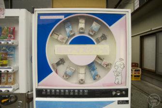 現役稼働中!! 昭和57年以前製造、色褪せた「森永アイス レトロ自販機」 神奈川県一休食堂