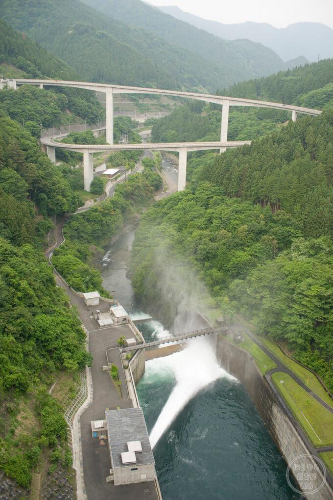 ダムの天端から放流を撮影