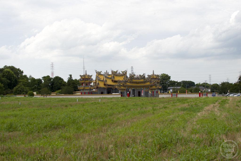 畑のど真ん中にポツンと建っている「聖天宮」