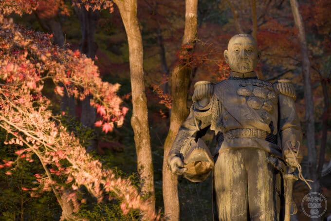 ライトアップされる東郷公園の東郷元帥銅像