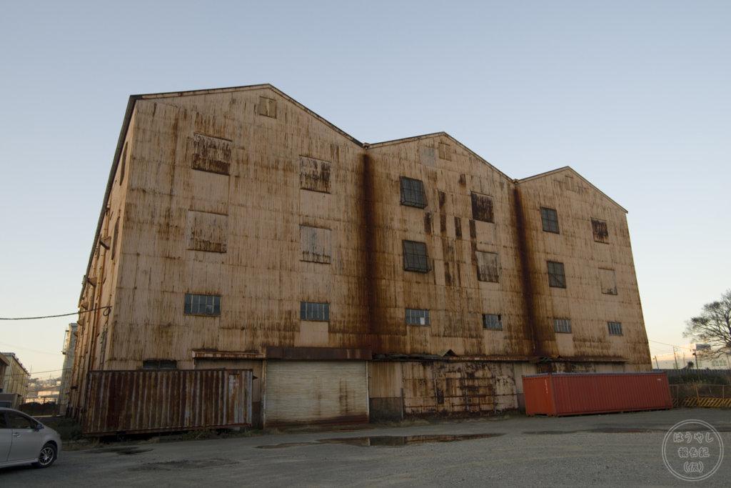 廃線跡の脇に建っている倉庫