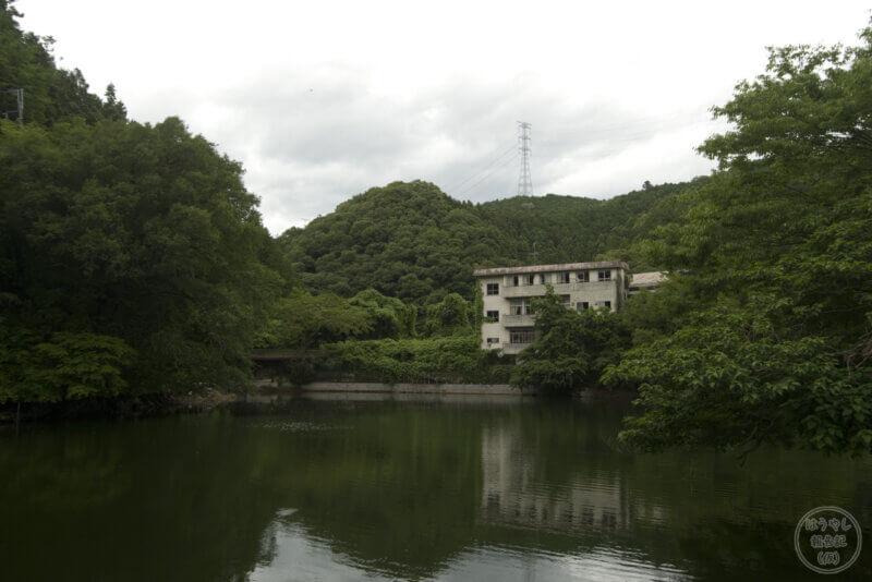 廃墟と鎌北湖