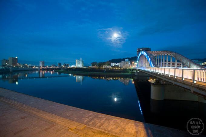 静岡県沼津市の御成橋から見た夜の狩野川