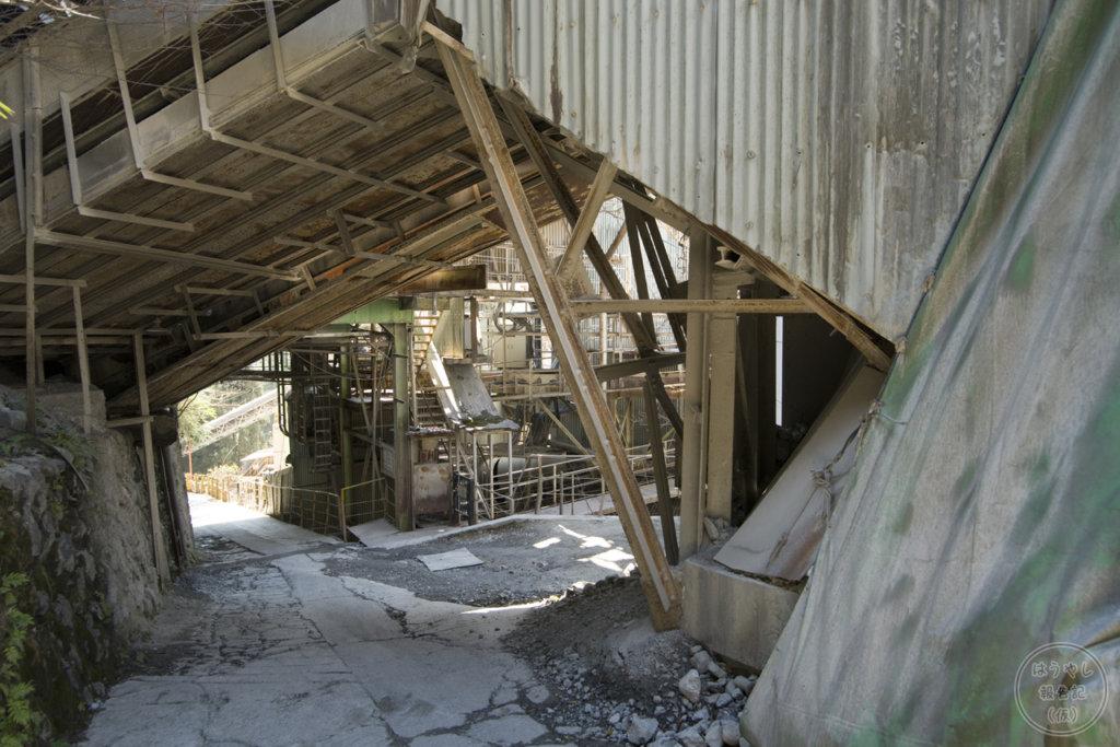 公道に跨る奥多摩工業氷川工場