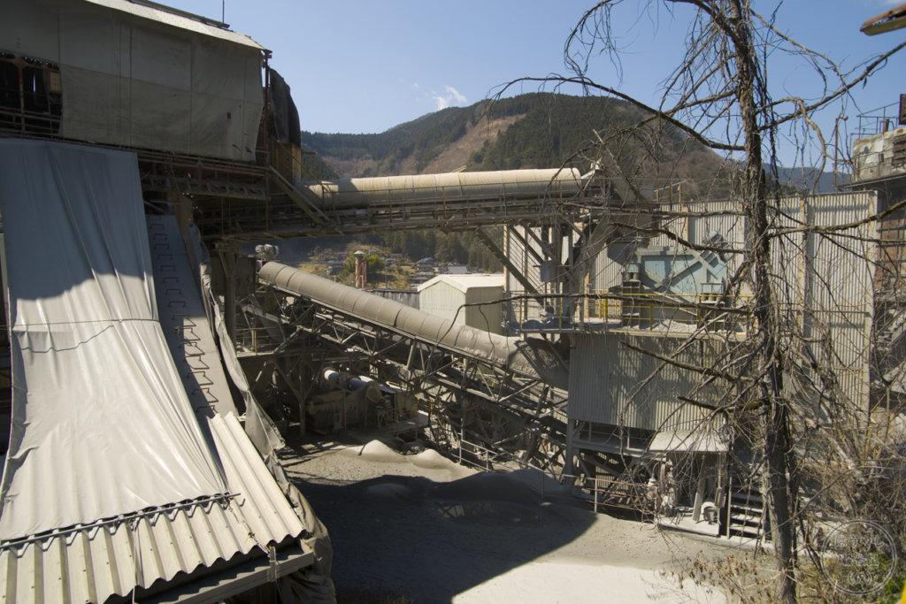 公道から見る奥多摩工業氷川工場の建物