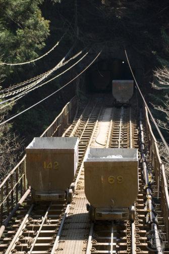 奥多摩工業の無人トロッコ「曳鉄線」