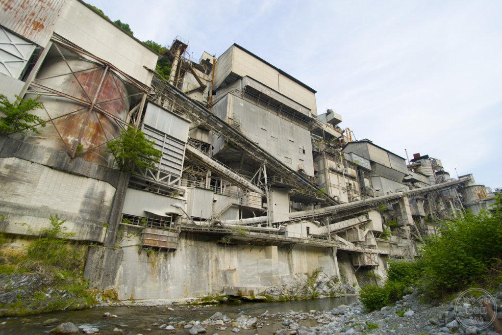河原から見た奥多摩工業の氷川工場