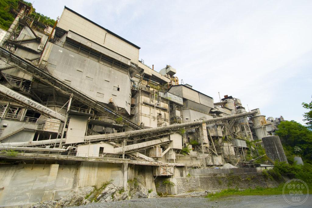 河原から見上げる奥多摩工業氷川工場