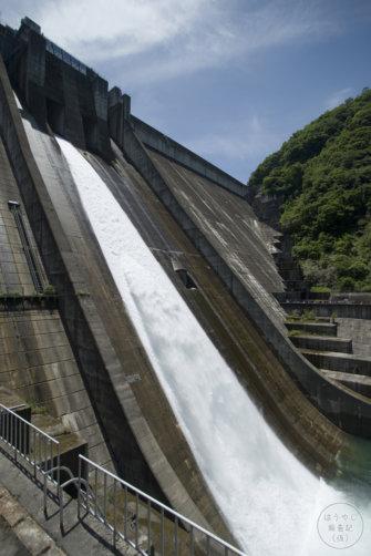 真横から見た下久保ダムの放流