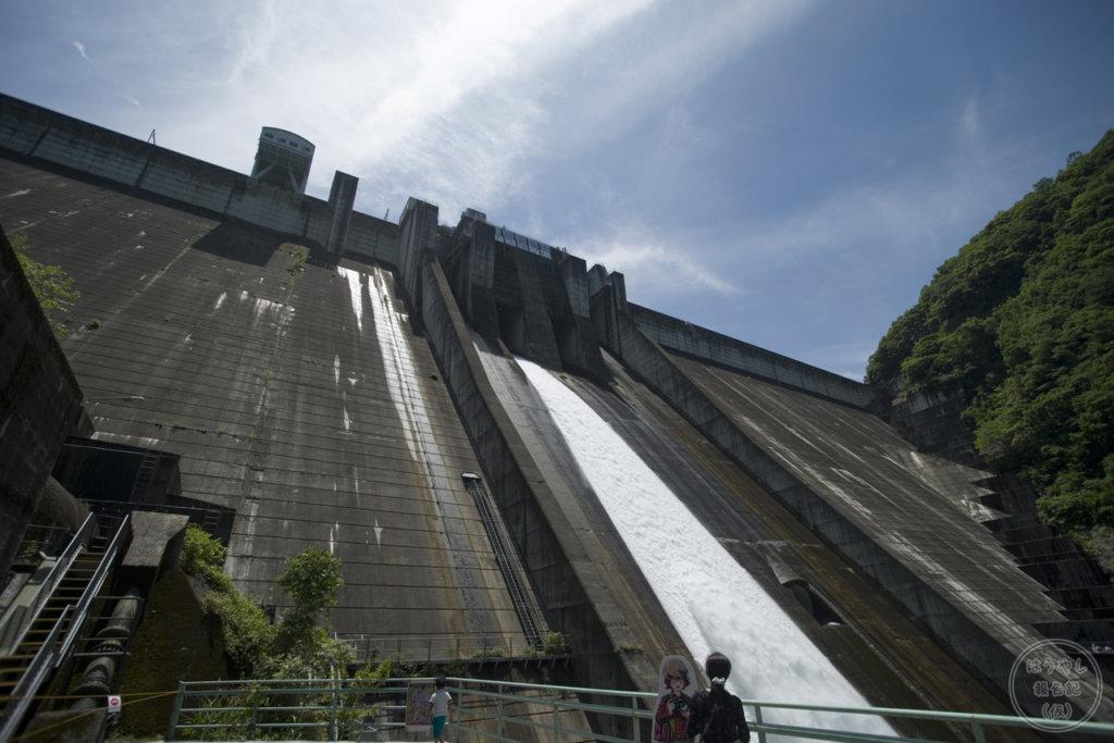 下から見上げる下久保ダムは大迫力