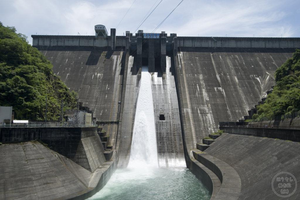洪水調節ゲートから放流を行う下久保ダム