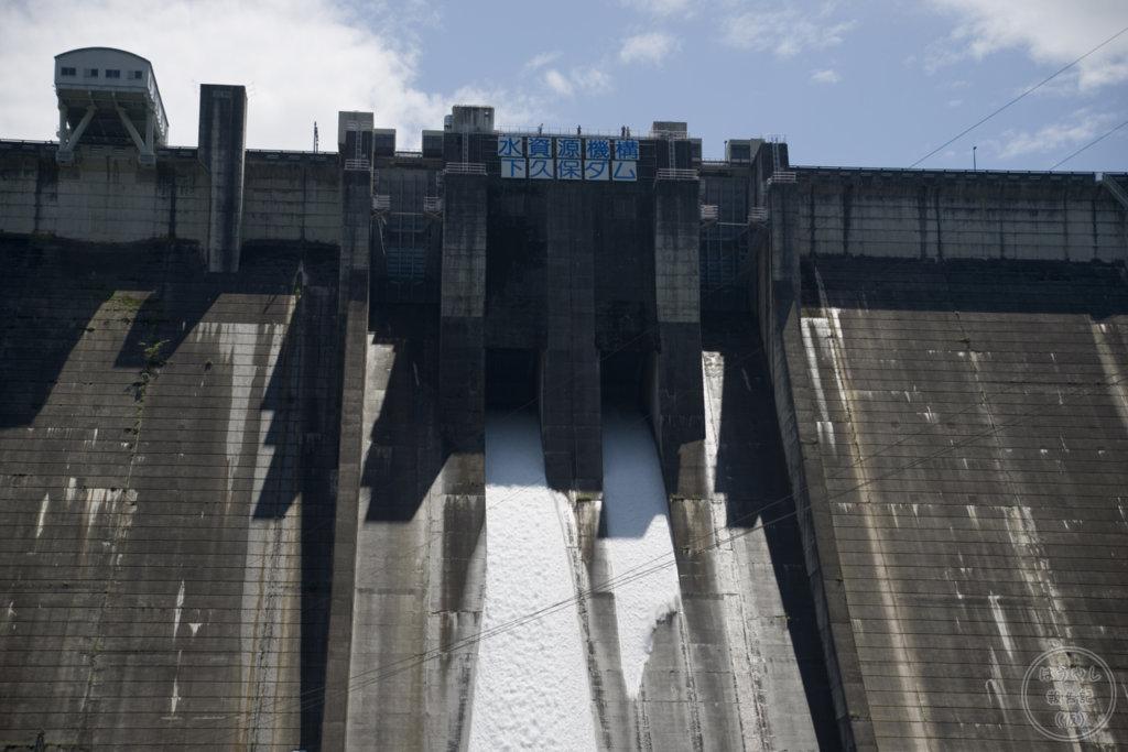 下久保ダムの洪水調節ゲート(オリフィス2号)からの放流シーン
