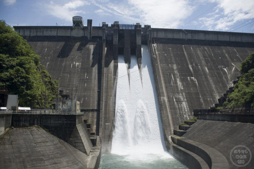 下久保ダムの非常用ゲート(クレスト1号)からの放流シーン