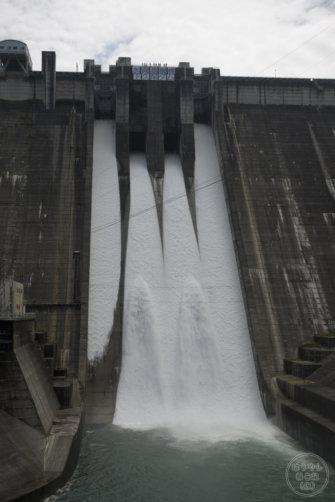 下久保ダムの非常用ゲート(クレスト2号)からの放流シーン