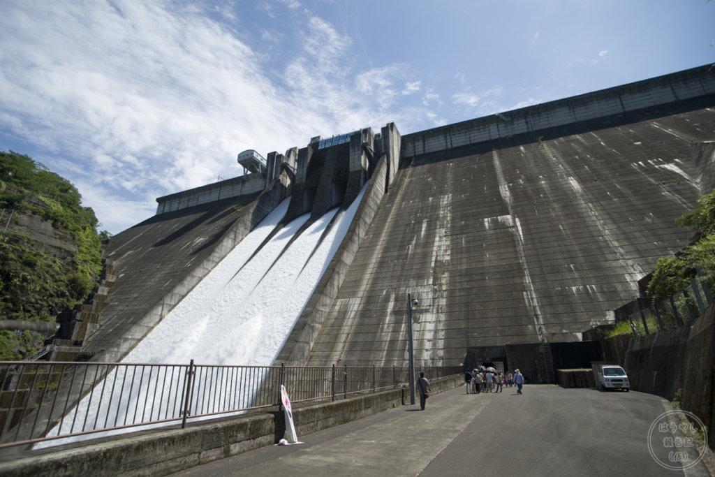 全門から放流を行う下久保ダム