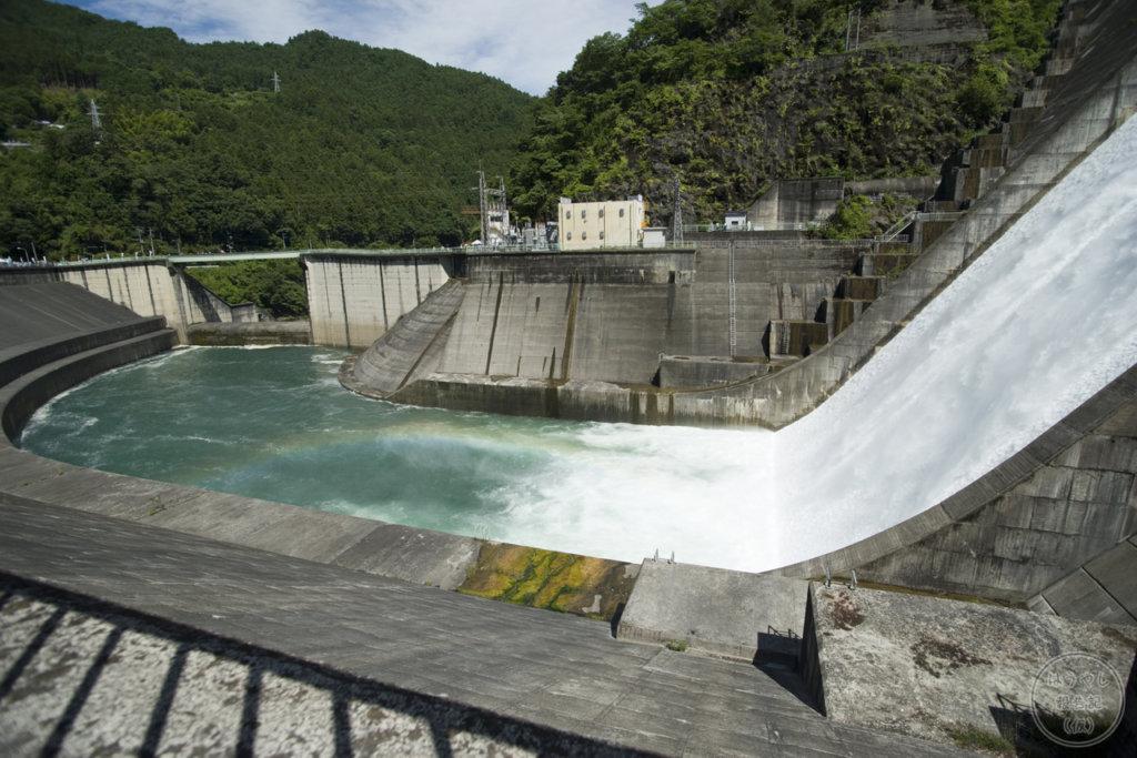 ダムの放流によって作られた虹