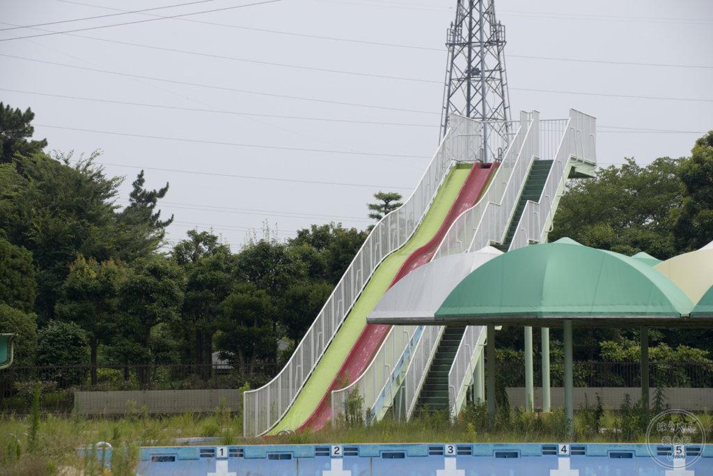 寒川町営プールのウォータースライダー