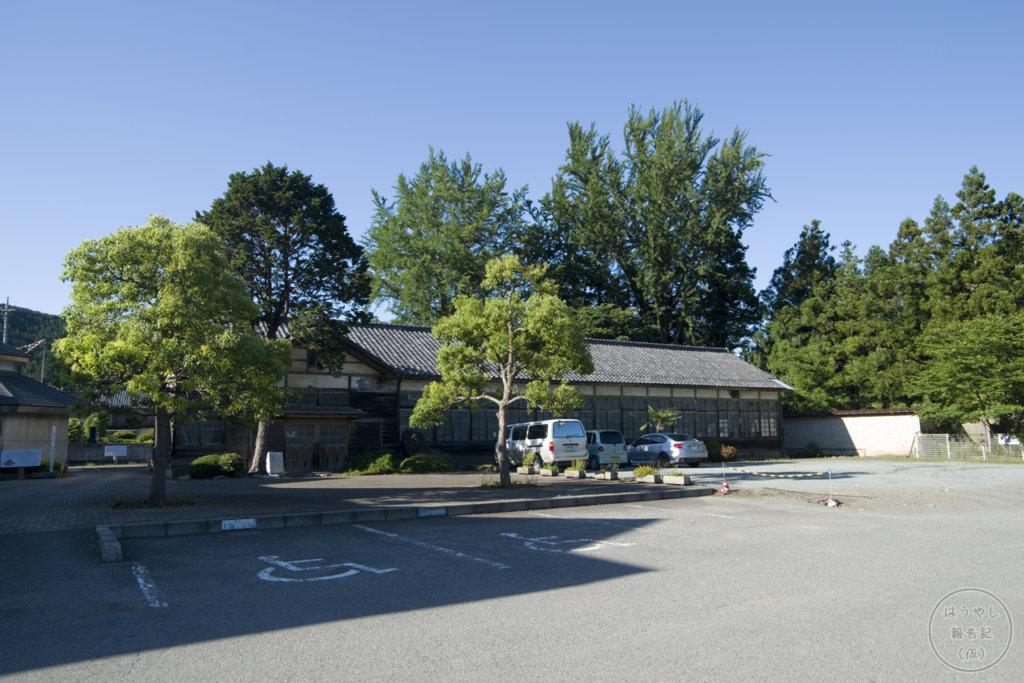 道の駅上州おにしの駐車場に建っている譲原小学校