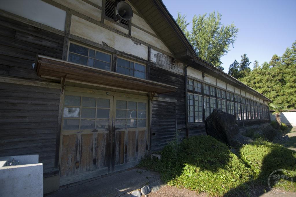 譲原小学校の昇降口