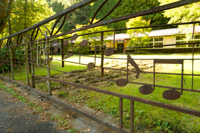素敵な音符がデザインされた足尾町立神子内小学校(足尾小学校神子内分校)の校門