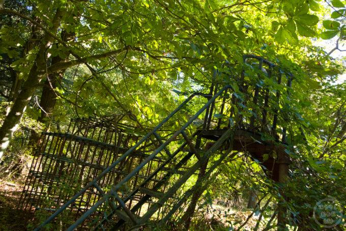 校庭にある滑り台とジャングルジム