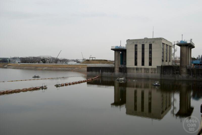 湖の傍らにある行幸給排水機場