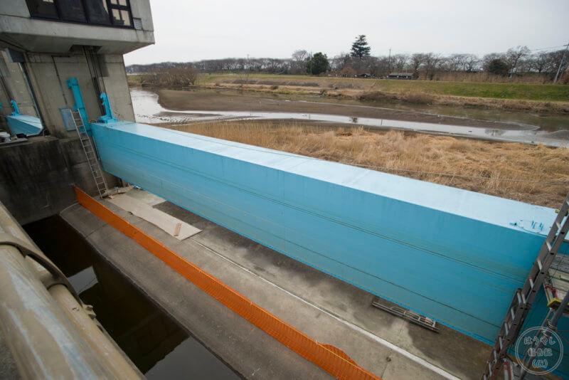 改修工事のために貯水ゲートが上がっています