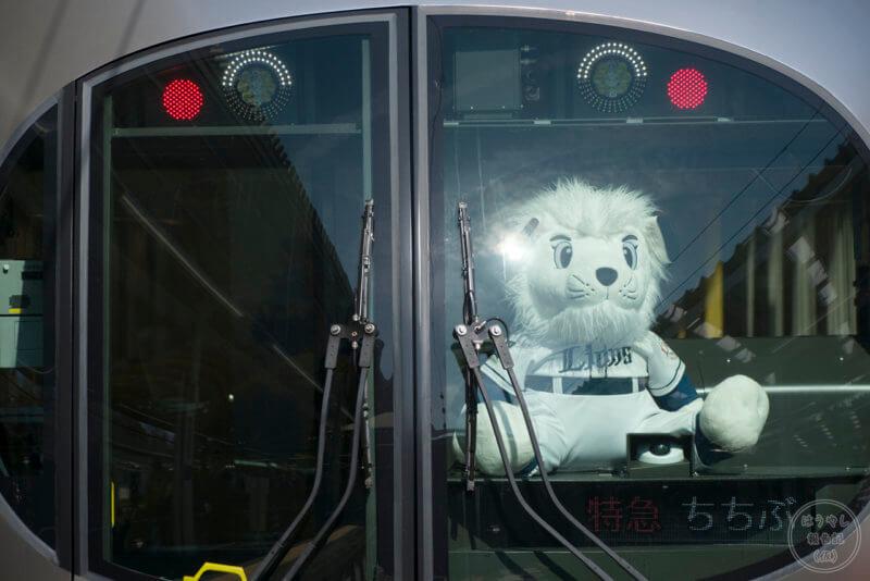 001系の運転台に乗る埼玉西武ライオンズのマスコットキャラクター「レオ」のぬいぐるみ