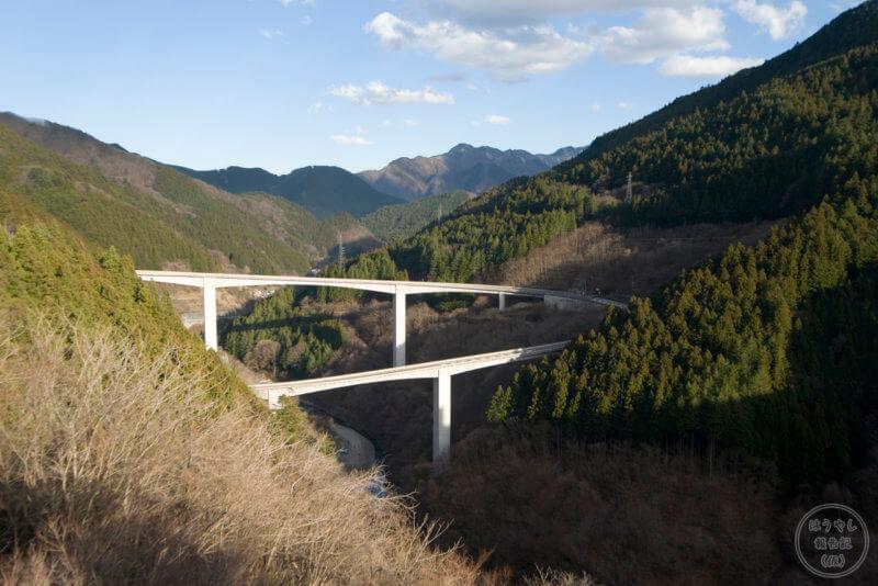 滝沢ダムから見えるループ橋「雷電廿六木橋」