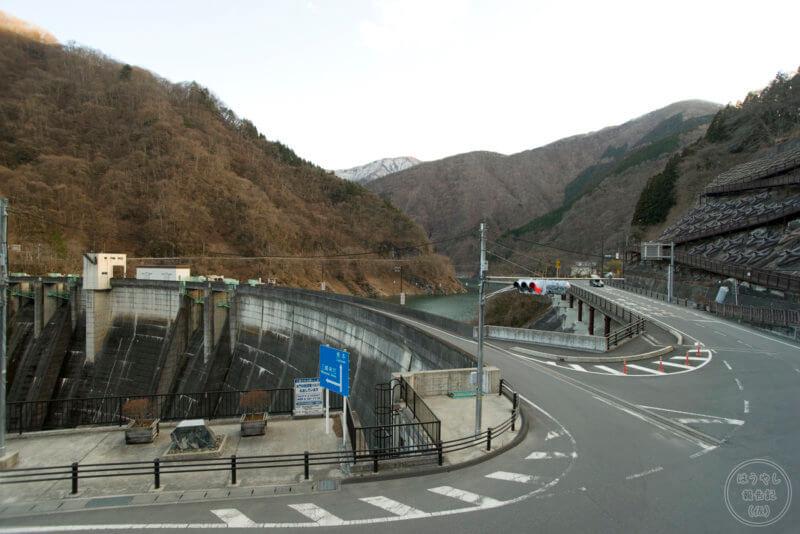 二瀬ダムの天端の両脇に設置された交差点