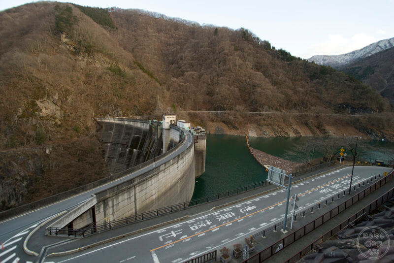 見晴らし台の通路から俯瞰した二瀬ダム
