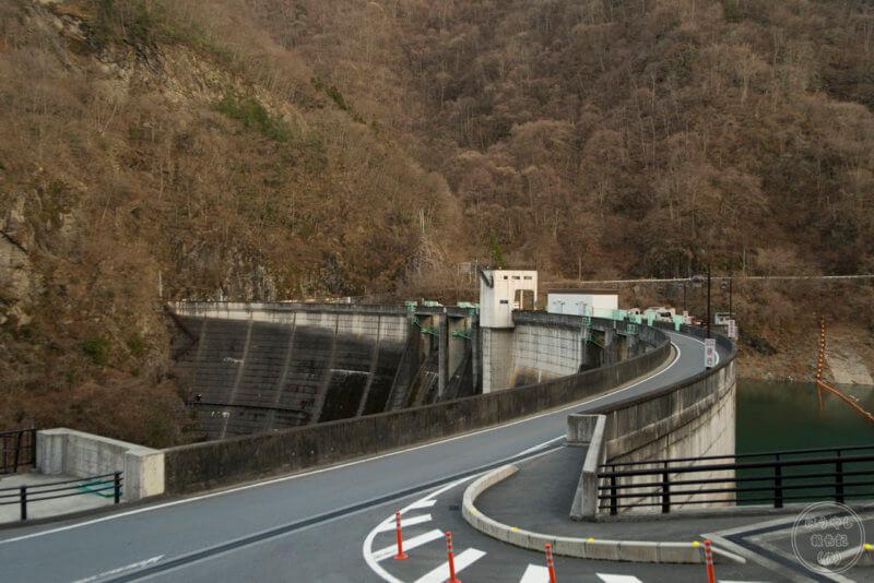 車両1台分の道幅しかない二瀬ダムの天端