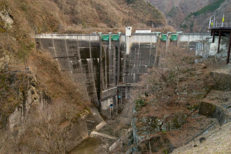 木々が枯れてよく見える二瀬ダムの堤体