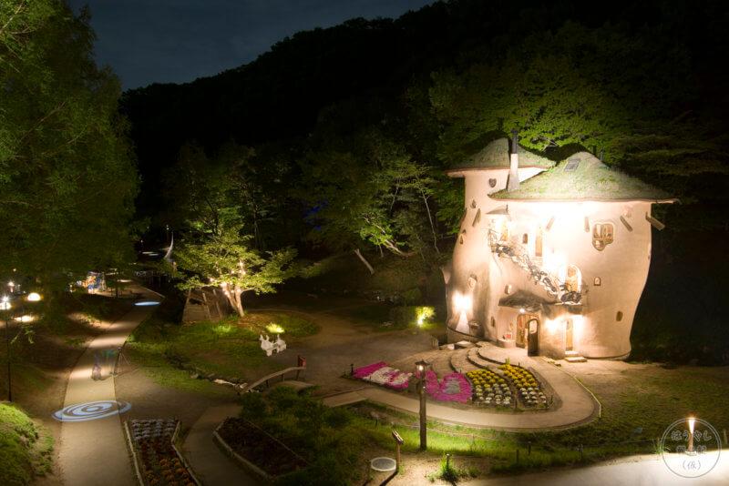 ライトアップされるキノコの家(トーベ・ヤンソンあけぼのこどもの森公園)