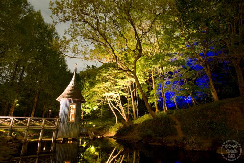 ライトアップされる水浴び小屋(トーベ・ヤンソンあけぼのこどもの森公園)