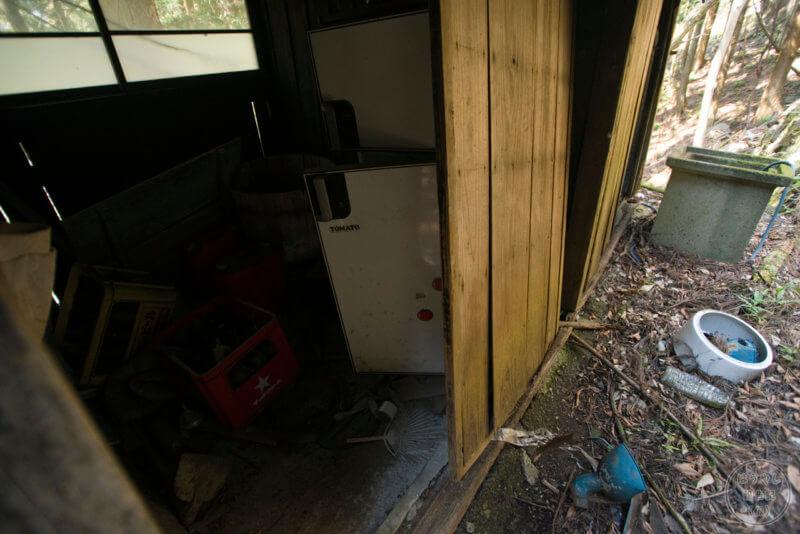 廃屋に残る冷蔵庫