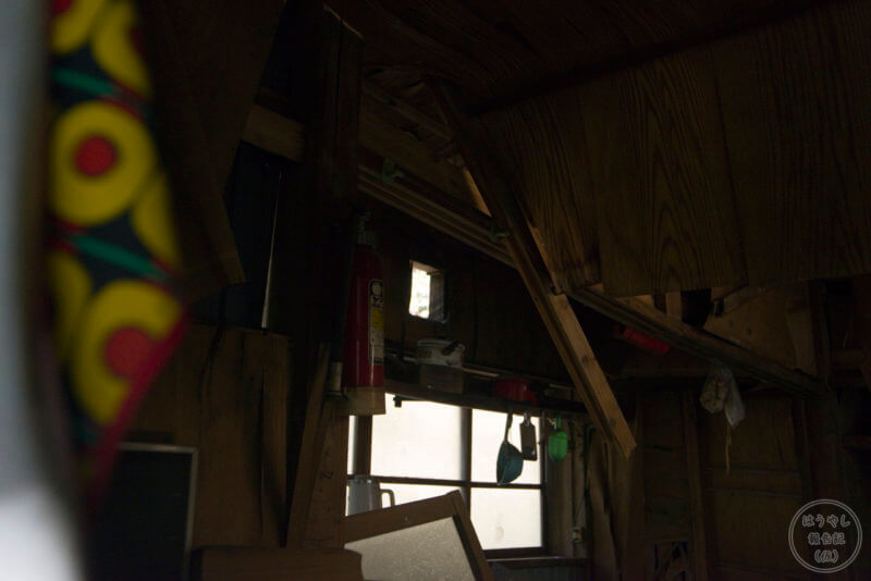 屋根が崩落して崩れる室内